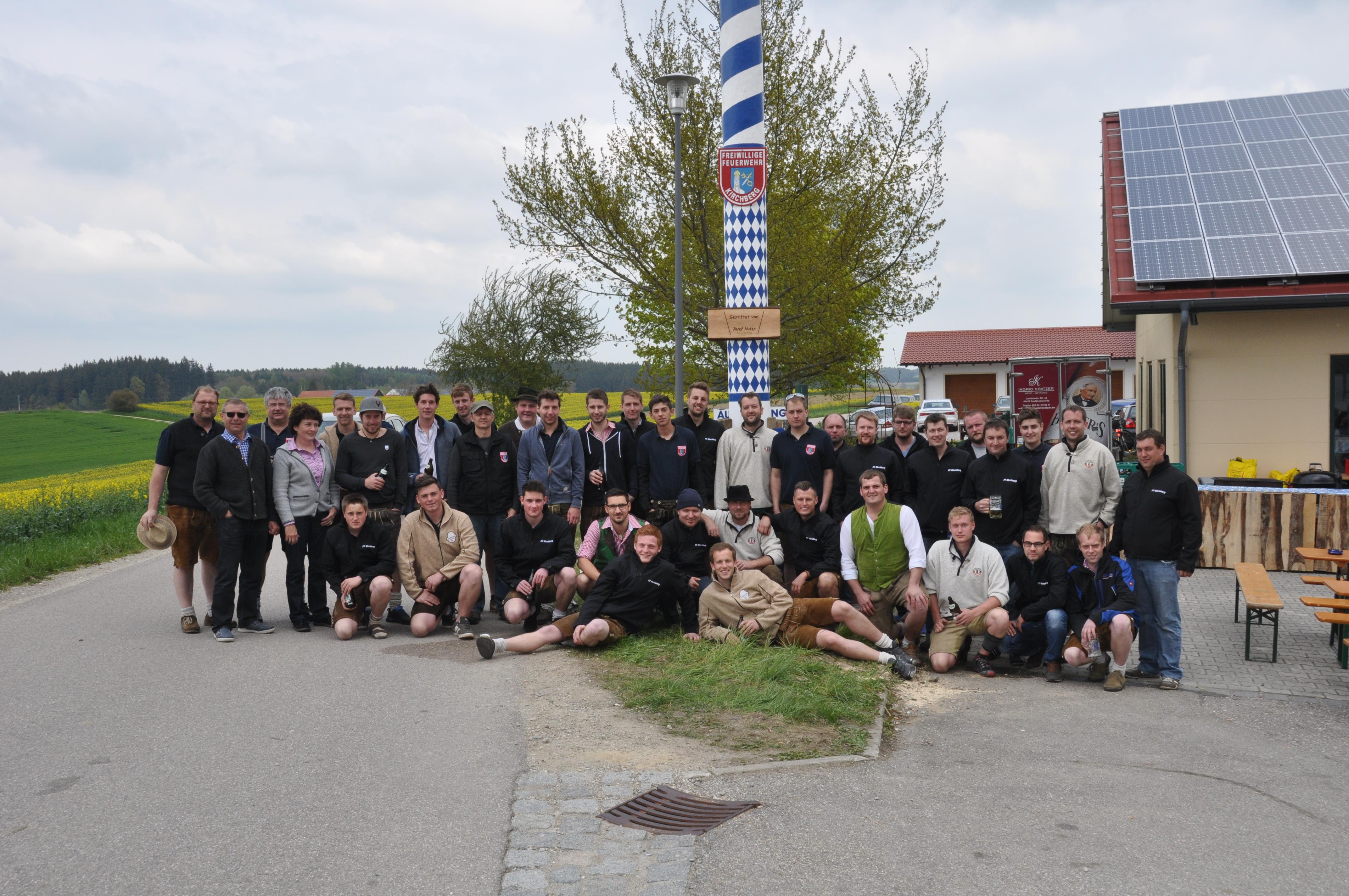 Mitglieder der freiwilligen Feuerwehr Kirchberg vor dem Maibaum